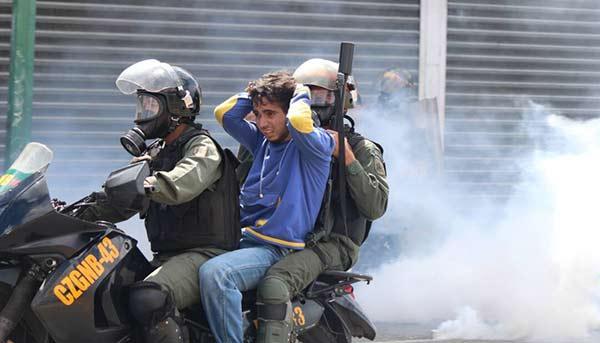 Joven detenido en protesta / 06 de Agosto| Foto: Archivo