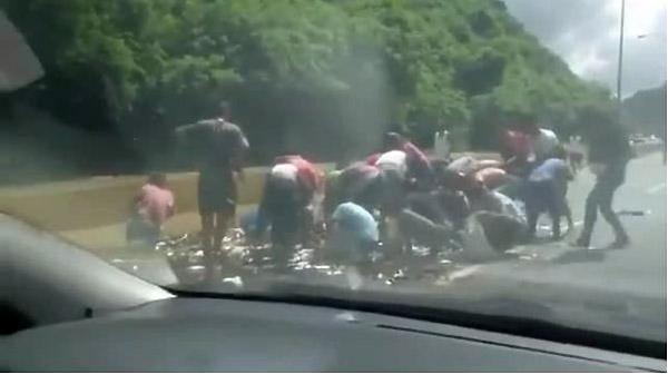 Saquean camión que transportaba sardinas | Foto: captura de video