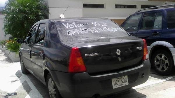 Vehículo destrozado por los colectivos | @ZULOGO