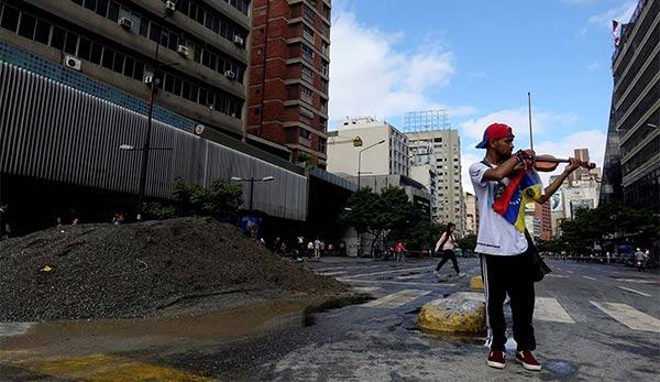 Wuilly Arteaga, el violinista de las protestas antigubernamentales | Foto: Cortesía
