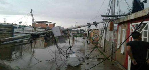La fuerza de las ráfagas derribó los postes de alumbrado |Foto. Twitter