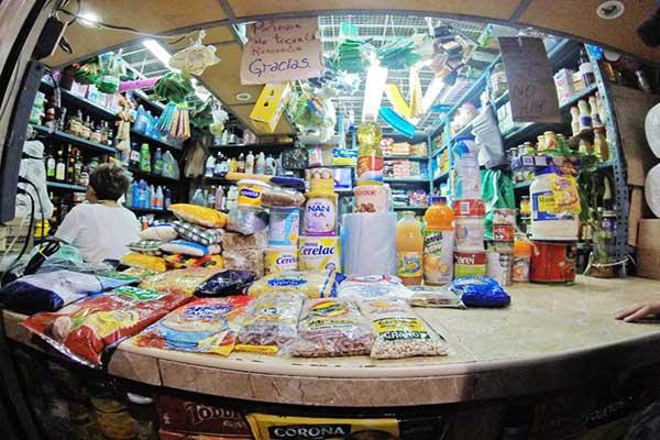 Los productos de primera necesidad se consiguen en el mercado municipal de Chacao a precios redondos e inaccesibles | Foto: Andy Marrero / Ciudad CCS