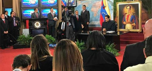 Equipo de prensa de Reuters fue expulsado durante rueda de prensa de Maduro | Foto: @VTVcanal8