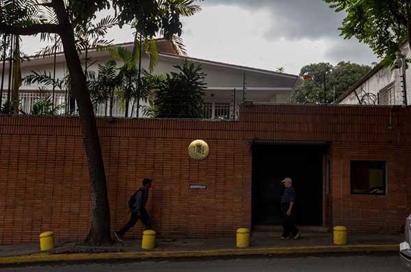 Embajada de España en Venezuela sufrió ataque de presuntos motorizados | Foto: EFE