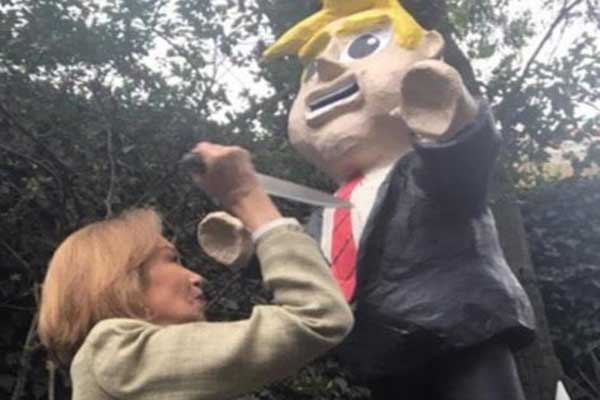 Escritora mexicana acuchilla piñata de Trump | Captura de video