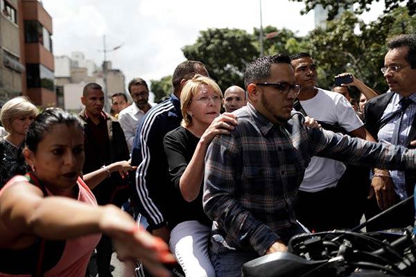 Fiscal General de la República escapó de la agresión en moto  Foto: Reuters