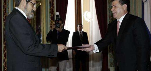 El presidente paraguayo, Horacio Cartes (d), junto al embajador de Venezuela en Paraguay, Alfredo Murga (i) | Foto: EFE / Andrés Cristaldo