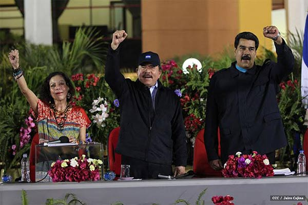 Presidente de Nicaragua al lado de su esposa y Nicolás Maduro  Foto cortesía
