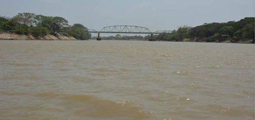Embarcación de venezolanos a la deriva en el río Arauca |Foto referencial