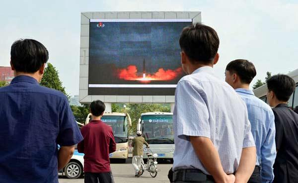 Norcoreanos observan un reporte sobre el lanzamiento de misiles | REUTERS