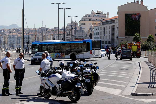 Vehículo embistió contra dos paradas de autobús |Foto. AFP