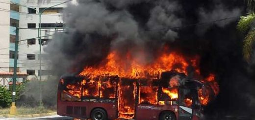 Quemaron unidad de transporte público en El Cardenalito, estado Lara | Foto: @AntonioJosee25