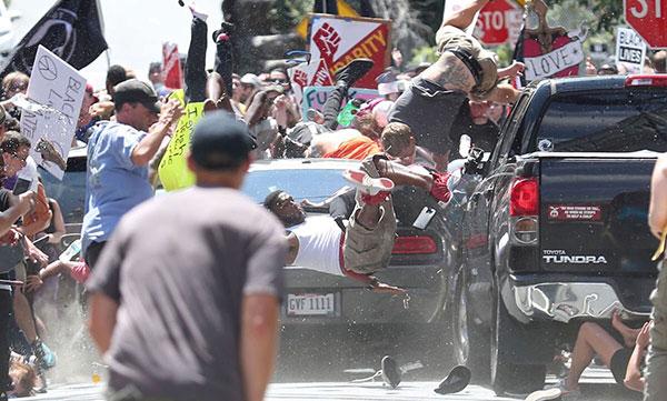 Vehículo enviste a manifestantes en Charlottesville   Foto: Agencias