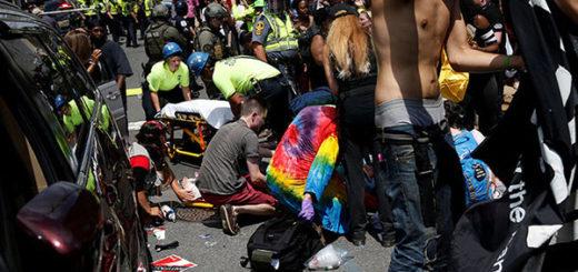 Carro embiste a manifestantes | Foto: RT
