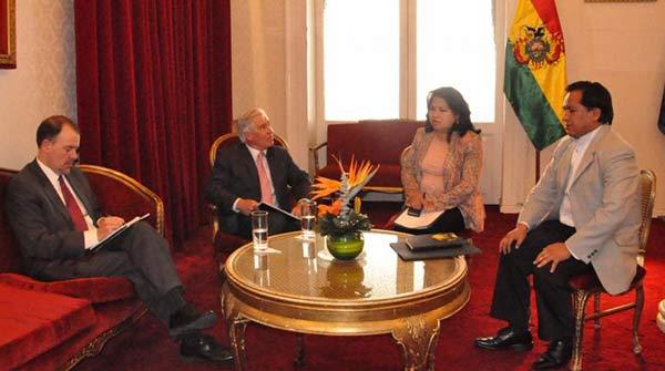 El encargado de Negocios de Estados Unidos en Bolivia, Peter Brennan en reunión con el ministro de la Presidencia, René Martínez   Foto: Prensa Cancillería