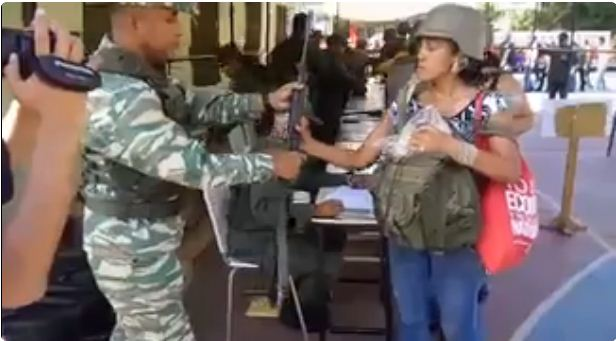 FANB entrega fusiles a civiles para ejercicio militar   Foto: Captura de video