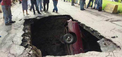Vehículo cayó en hueco en carretera de Aragua | Foto: Twitter