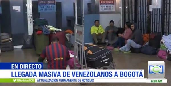 Venezolanos duermen en el terminal de Bogotá |Foto: Noticias RCN