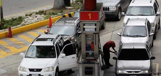 En largas colas, venezolanos sufren nuevamente la escasez de gasolina | Foto: Reuters