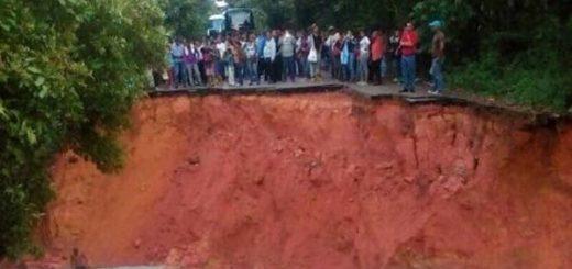 El mega-hueco que apareció en la carretera de Bolívar |Foto: Twitter