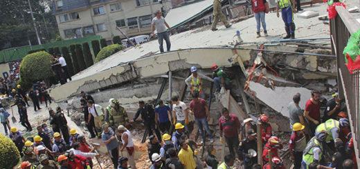 Dramático rescate de niños atrapados en colegio derrumbado por el terremoto en México   Foto: AP