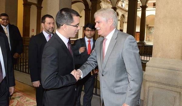 Canciller venezolano Jorge Arreaza, junto a su par español Alfonso Dastis | Foto: Twitter