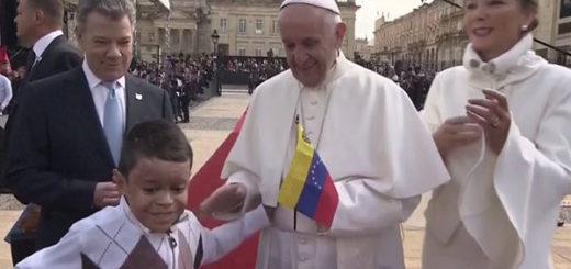 Niño se salta el protocolo para entregarle una bandera de Venezuela al Papa   Captura de video
