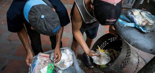 Niños buscan comida en la basura |Foto: EFE
