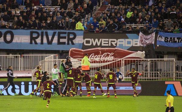 Varias pancartas fueron desplegadas durante el partido de la Vinotinto contra Argentina | Foto: vía Twitter