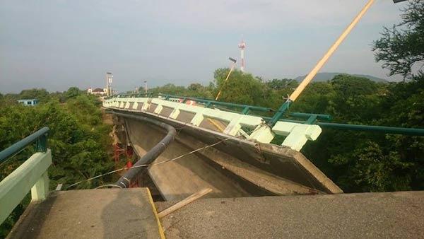 Puente en Oaxaca se desplomó  Foto: Twitter
