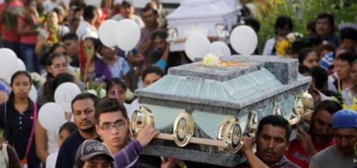 Tras la tragedia en la iglesia, los familiares y amigos de la familia que murió durante el bautizo realizaron un entierro masivo. | Foto: Reuters