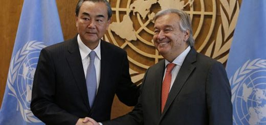 Canciller de China junto al secretario de la ONU |Foto: Reuters