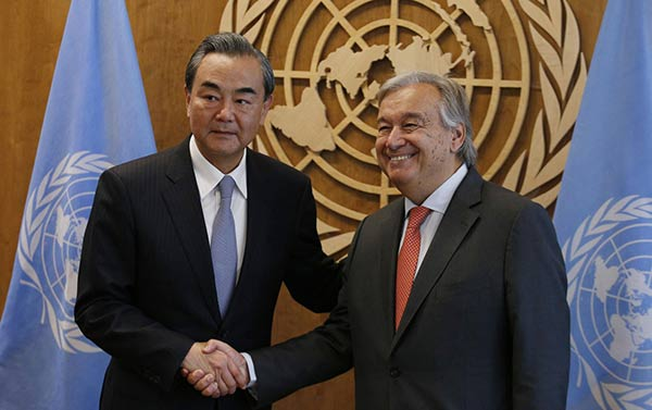 Canciller de China junto al secretario de la ONU |Foto: Reuters