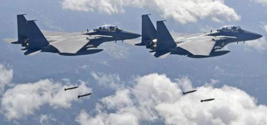 Dos F-15K lanzando sus bombas durante el ejercicio | Foto: AFP