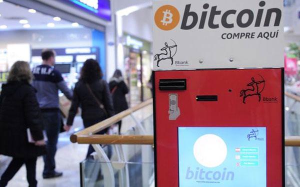 Ya hay cajeros automáticos que reciben o expiden bitcoins. Este se en cuentra en Barcelona, España. | Getty Images