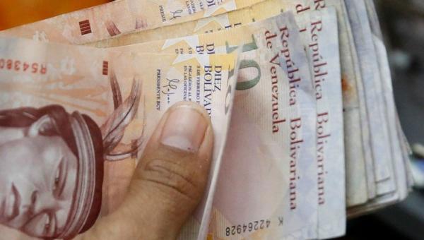 La reacción de una señora tras recibir pago de su pensión en billetes de 10 Bs | Foto: Referencial