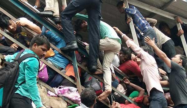 Estampida en estación de India | Foto:  @firstpost