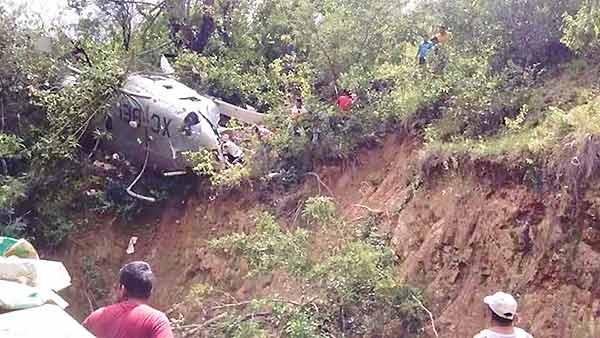 Helicóptero con ayuda se desploma   Foto: Twitter