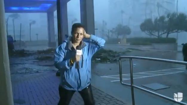Reportera de CNN fue arrastrada por los vientos de Huracán María | Captura de video