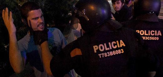 Un grupo de manifestantes se enfrenta a los agentes durante una operación relacionada con el referéndum idependentista de Cataluña en Terrassa, el 19 de septiembre de 2017. | Foto:  Lluis Gene / AFP