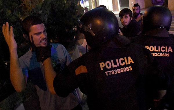 Un grupo de manifestantes se enfrenta a los agentes durante una operación relacionada con el referéndum idependentista de Cataluña en Terrassa, el 19 de septiembre de 2017. Foto:  Lluis Gene / AFP