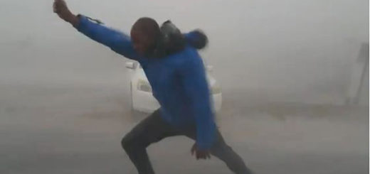 Meteorólogo se enfrenta a Irma | Foto: Captura de video