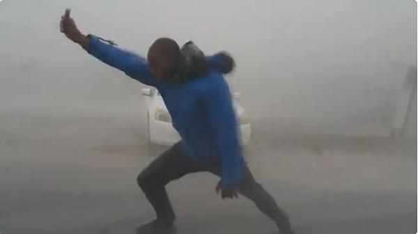 Meteorólogo se enfrenta a Irma | Foto: Captura de video