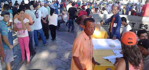 Ciudadanos votan en las primerias, en Cumaná | Foto: @Iracosvi