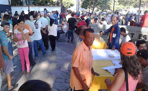Ciudadanos votan en las primerias, en Cumaná   Foto: @Iracosvi