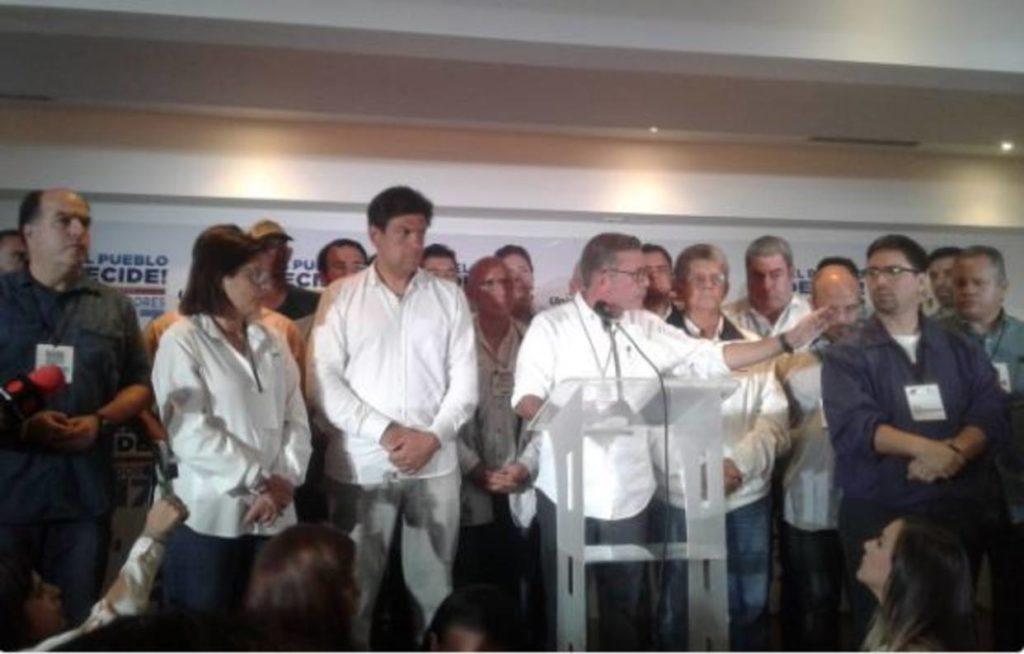 Gerardo Blyde (centro), representante de la coalición de partidos de la oposición MUD