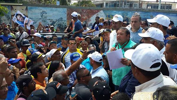 Andrés Velásquez en alrededores del CNE en Bolívar | Foto: Twitter