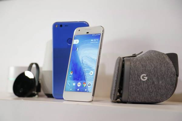 Google Pixel Phone, Google Home y Google Daydream View VR, exhibidos durante su lanzamiento en un evento de Google hoy, martes 4 de octubre 2016, en San Francisco, California (Estados Unidos). EFE/JOHN G MABANGLO