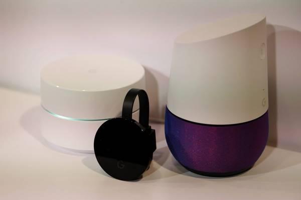 Google Chrome y Google Home, exhibidos durante su lanzamiento en un evento de Google hoy, martes 4 de octubre 2016, en San Francisco, California (Estados Unidos). EFE/JOHN G MABANGLO