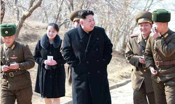 Kim Yo Jong, al fondo, camina junto a su hermano Kim Jong Un y miembros del ejército en una foto de marzo de 2015 | Foto: LVD